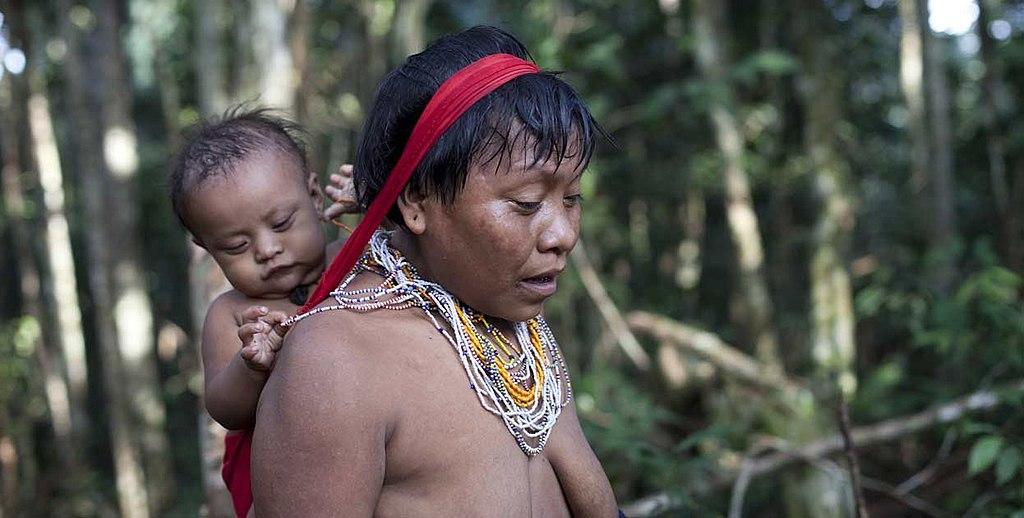 Mulher indigena Yanomami e bebê