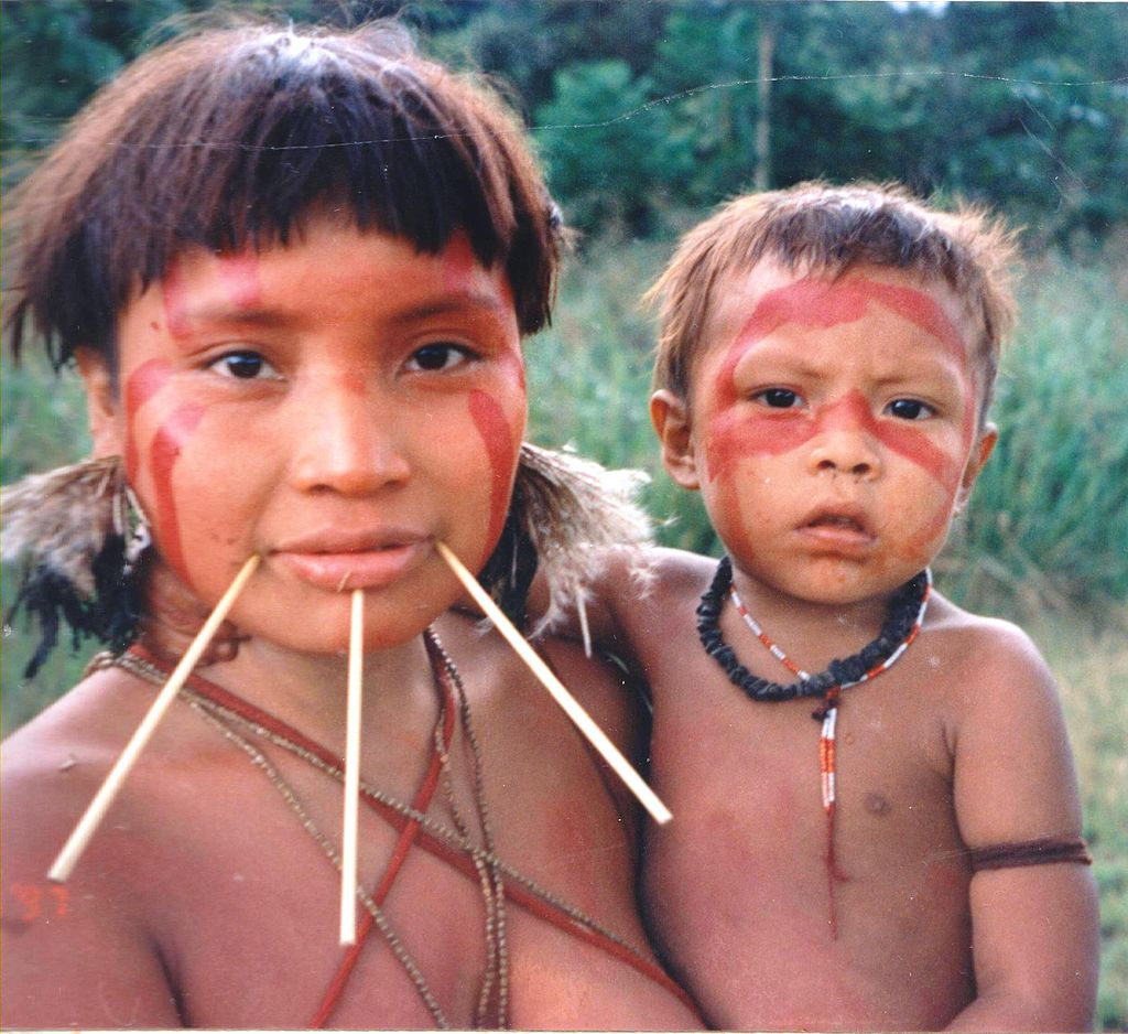Mulher indígena Yanomami e criança
